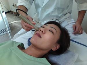 ソフトレーザー鍼治療器による顔の治療の写真